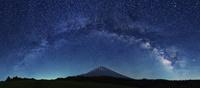 富士山の上にかかる天の川のアーチ 02702000017| 写真素材・ストックフォト・画像・イラスト素材|アマナイメージズ