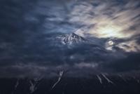 雲間から覗く満月と富士山 02702000018| 写真素材・ストックフォト・画像・イラスト素材|アマナイメージズ