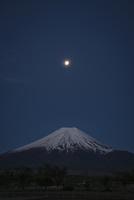 夜明け前の月と富士山 02702000019| 写真素材・ストックフォト・画像・イラスト素材|アマナイメージズ