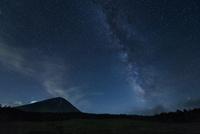 鳴沢村より望む夜の富士山に天の川 02702000020| 写真素材・ストックフォト・画像・イラスト素材|アマナイメージズ