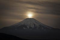 忍野村より望む富士山と沈む太陽 02702000022| 写真素材・ストックフォト・画像・イラスト素材|アマナイメージズ
