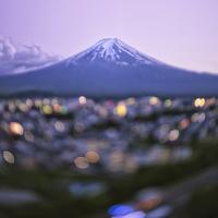 チルト撮影による幻想的な富士山と富士吉田の街灯 02702000026| 写真素材・ストックフォト・画像・イラスト素材|アマナイメージズ