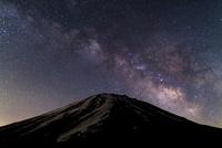 夜の富士山と天の川 02702000027| 写真素材・ストックフォト・画像・イラスト素材|アマナイメージズ
