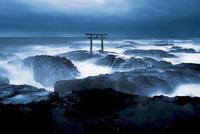 大洗磯前神社の神磯の鳥居と荒波 02702000028| 写真素材・ストックフォト・画像・イラスト素材|アマナイメージズ
