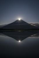 富士山頂に登る満月と逆さ富士 02702000031| 写真素材・ストックフォト・画像・イラスト素材|アマナイメージズ