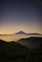 櫛形山から望む夜明けの富士山と雲海 02702000035| 写真素材・ストックフォト・画像・イラスト素材|アマナイメージズ