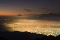 高ボッチより望む富士山と黄金の雲海の下にある諏訪湖 02702000036| 写真素材・ストックフォト・画像・イラスト素材|アマナイメージズ