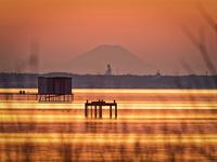 霞ヶ浦より望む遙かなる富士山と牛久大仏 02702000037| 写真素材・ストックフォト・画像・イラスト素材|アマナイメージズ
