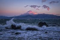伊豆半島北岸より望む波濤と紅富士 02702000040| 写真素材・ストックフォト・画像・イラスト素材|アマナイメージズ