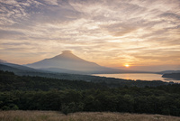 パノラマ台より望む夕焼けと富士山と山中湖 02702000042| 写真素材・ストックフォト・画像・イラスト素材|アマナイメージズ