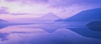 本栖湖に映る逆さ富士と朝焼けの富士山 02702000043| 写真素材・ストックフォト・画像・イラスト素材|アマナイメージズ