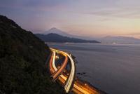 さった峠より望む富士山と東名高速と国道1号線 02702000044| 写真素材・ストックフォト・画像・イラスト素材|アマナイメージズ