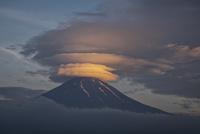 五重の笠雲と富士山 02702000045| 写真素材・ストックフォト・画像・イラスト素材|アマナイメージズ
