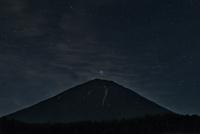 富士山頂の上に輝くフォーマルハウト 02702000046| 写真素材・ストックフォト・画像・イラスト素材|アマナイメージズ