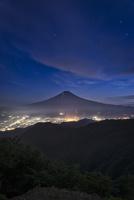 三つ峠山頂より望む夜の富士山と富士吉田の街灯 02702000047| 写真素材・ストックフォト・画像・イラスト素材|アマナイメージズ
