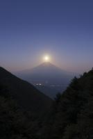 中秋の名月と富士山 02702000048| 写真素材・ストックフォト・画像・イラスト素材|アマナイメージズ