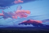 忍野村より望む赤富士と赤く染まった雲 02702000051| 写真素材・ストックフォト・画像・イラスト素材|アマナイメージズ