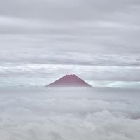 国師ヶ岳より望む大雲海越しの赤富士 02702000052| 写真素材・ストックフォト・画像・イラスト素材|アマナイメージズ