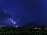 富士吉田市にて捉えた夜の富士と落雷 02702000057| 写真素材・ストックフォト・画像・イラスト素材|アマナイメージズ