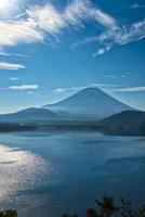 本栖湖より望む青空の下の富士山 02702000059| 写真素材・ストックフォト・画像・イラスト素材|アマナイメージズ