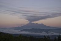 木曽駒高原より望む噴火直後の御嶽山 02702000060| 写真素材・ストックフォト・画像・イラスト素材|アマナイメージズ