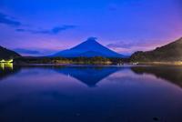精進湖より望む夜明けの富士 02702000061| 写真素材・ストックフォト・画像・イラスト素材|アマナイメージズ