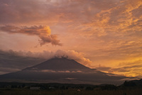 忍野村より望む雲より現れた富士と夕焼け 02702000062| 写真素材・ストックフォト・画像・イラスト素材|アマナイメージズ