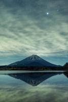 精進湖に映り込む真冬の富士山 02702000064| 写真素材・ストックフォト・画像・イラスト素材|アマナイメージズ
