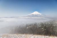 忍野村より望む雲海に浮かぶ冬富士と雪景色