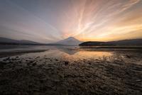 夕焼けの山中湖と湖面に映り込む富士山