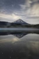 西湖に映り込む春の夜の富士山と星々と雲 02702000070| 写真素材・ストックフォト・画像・イラスト素材|アマナイメージズ