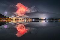 河口湖冬花火:湖面に映り込む逆さ富士と花火 02702000072| 写真素材・ストックフォト・画像・イラスト素材|アマナイメージズ