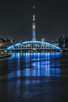 隅田川に映り込む永代橋とスカイツリー 02702000074| 写真素材・ストックフォト・画像・イラスト素材|アマナイメージズ