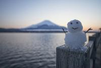 雪だるまと山中湖より望む富士山