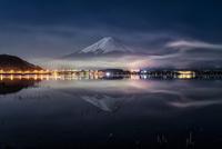 河口湖に映り込む夜の富士山と花火が終わった後の煙
