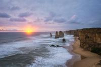 十二使徒(Twelve Apostles)と沈む夕日 02702000080| 写真素材・ストックフォト・画像・イラスト素材|アマナイメージズ