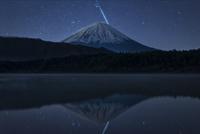 西湖に映り込む富士山と流星(ふたご座流星群)