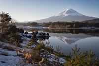河口湖に映り込む富士山と雪景色