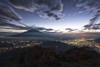 杓子山山頂より望む富士吉田市・忍野村の夜景と富士山