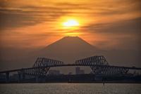 東京ゲートブリッジの奥にある富士山に落ちる夕日