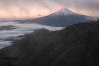 三つ峠より望む雲間から現れた雲海越しの紅富士山