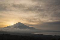 三国峠パノラマ台より望む落日の富士山