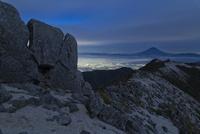 甲府盆地越しに南アルプス鳳凰山より望む夜明け前の富士山