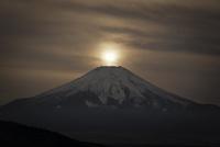 忍野村より望む富士山と朧な太陽
