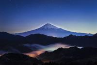 静岡市清水区吉原より望む富士山と玉虫色の雲海