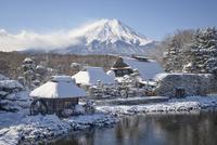 富士山を背景とした忍野八海榛の木林資料館の雪景色