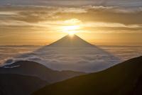 南アルプス小河内岳山頂より望むダイヤモンド富士と雲海に現れる富士の影