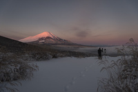三国峠より望む紅富士と雪景色と富士山を撮影するカメラマン