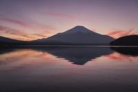 山中湖に映る逆富士と夕焼けの空