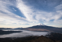 杓子山山頂より望む雲海越しの富士山